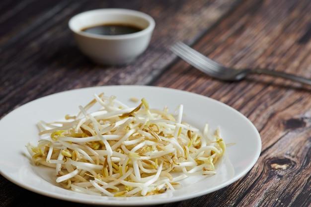 Germogli di fagioli di mung, maash. piatto tradizionale vegano in asia orientale. cibo dieta sana.