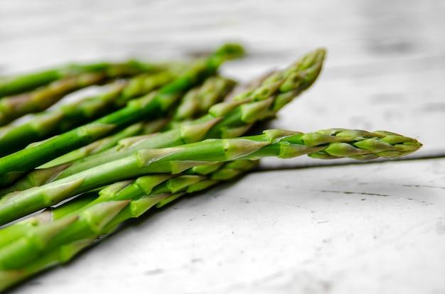 Germogli di verdure fresche di asparagi verdi