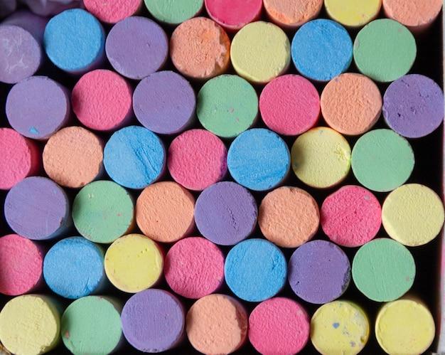 Gesso multicolor per lavagna, sfondo multicolore.