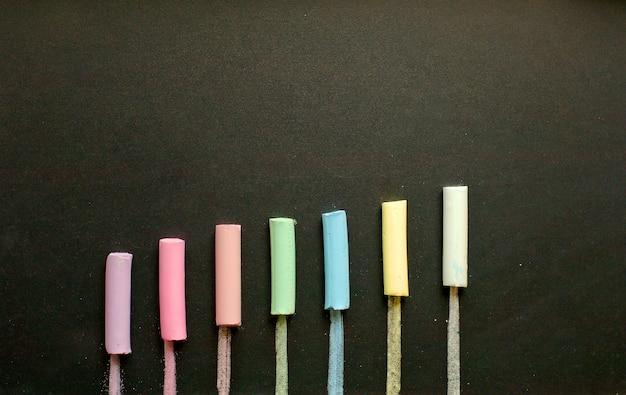 Gesso multicolore su ardesia