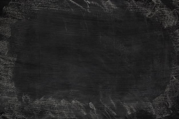 Gesso sporco dell'estratto di struttura di lerciume nero sfregato fuori sul fondo della lavagna o della lavagna.