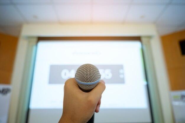 Gestire il microfono negli sfondi della sala riunioni