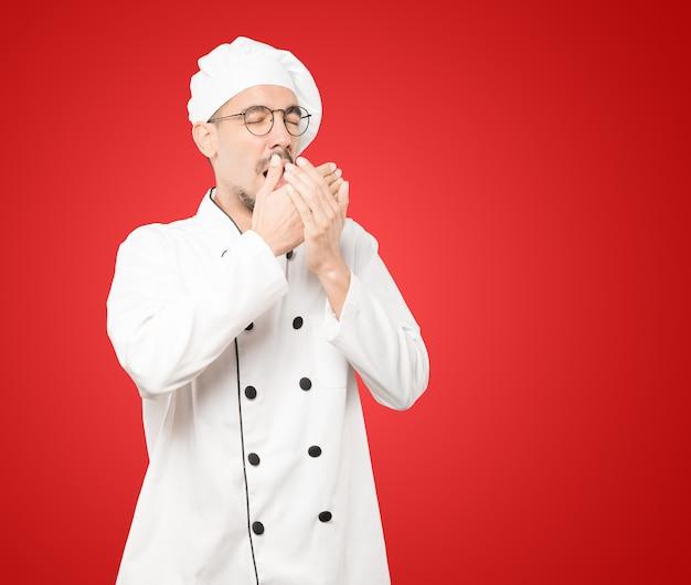 Gesto di sbadiglio del giovane chef annoiato