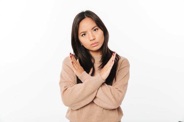 Gesto dispiaciuto asiatico di arresto di rappresentazione della signora.