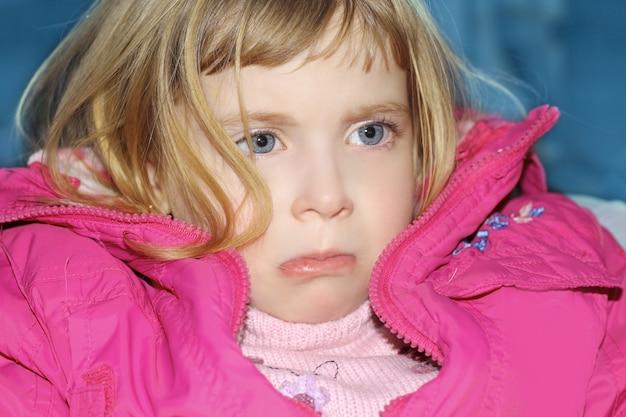 Gesto triste biondo bambina ritratto cappotto rosa