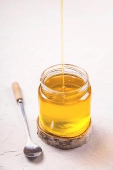 Ghee liquido fatto in casa o burro chiarificato dentro
