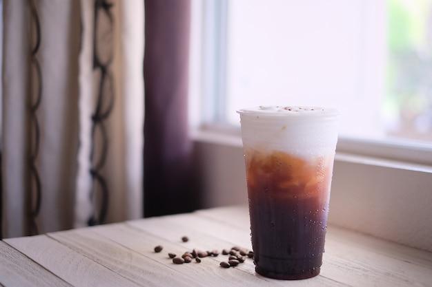 Ghiacci la crema del sale marino del caffè nero nella tazza fredda di plastica. porta via il rinfresco.