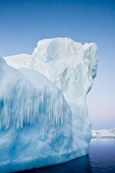 Ghiacciaio antartico su cielo blu