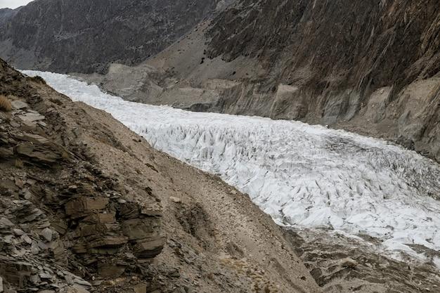 Ghiacciaio bianco di passu nella catena montuosa del karakoram