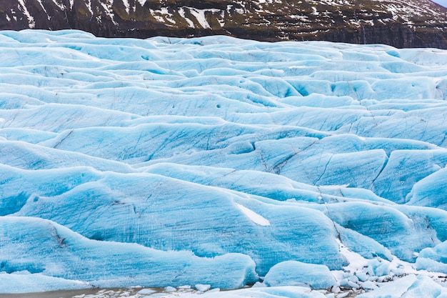 Ghiacciaio con ghiaccio blu close up in islanda