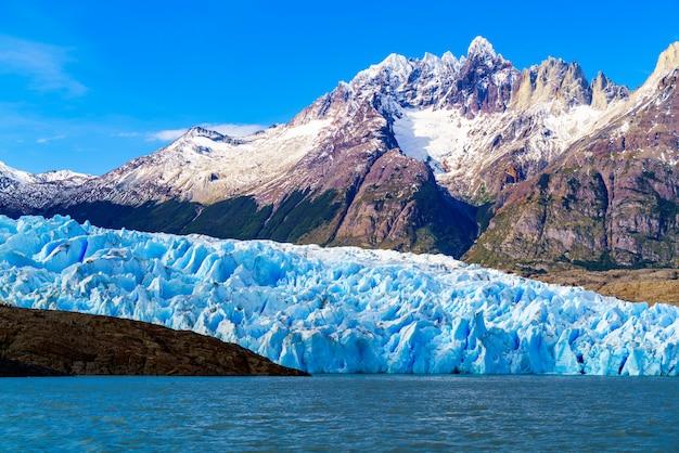 Ghiacciaio grigio nel lago grigio nel giacimento di ghiaccio del sud di patagonia, cile