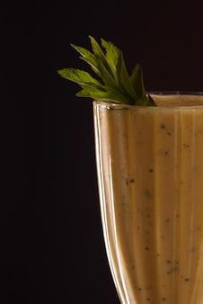 Ghiaccio di rinfresco freddo della papaia fresco con il tubo del cocktail su fondo nero
