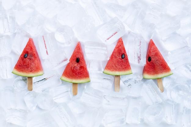Ghiaccioli dolce fetta di anguria su sfondo di ghiaccio