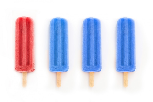 Ghiaccioli rossi e blu isolati su bianco ghiaccioli con i colori della bandiera degli stati uniti
