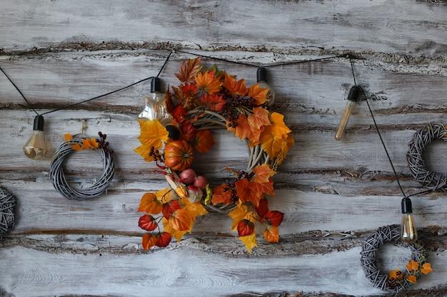 Ghirlanda decorativa, tema autunnale con foglie e zucche, in onore di halloween.