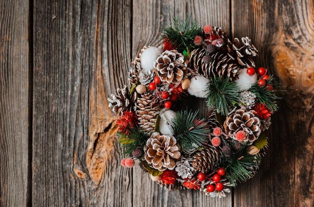 Ghirlanda di capodanno con decorazioni natalizie in abete