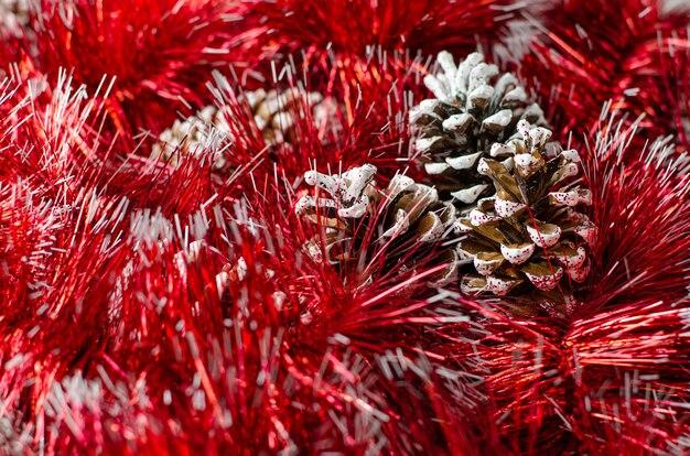 Ghirlanda di natale e priorità bassa rosse delle pigne