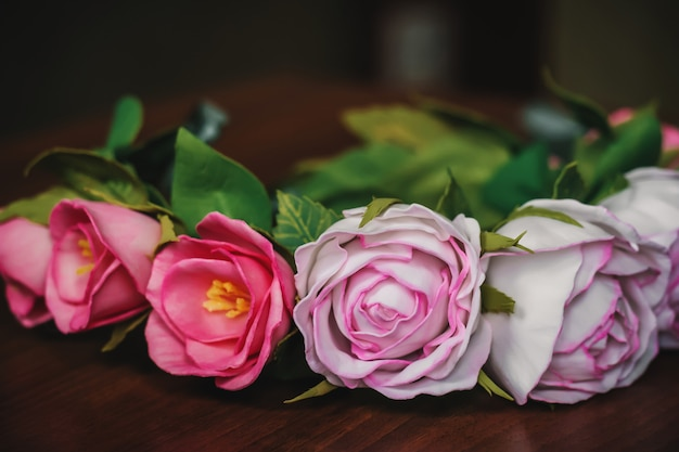 Ghirlanda nuziale sulla testa della sposa fatta di rose rosa e rosse artificiali