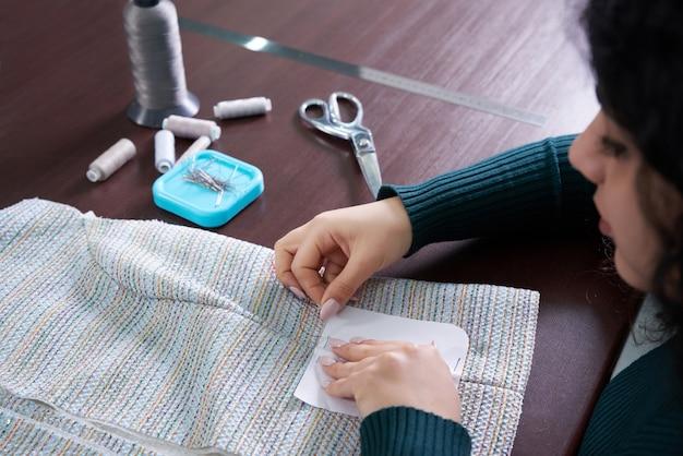 Giacca da cucito sartoria giovane donna in studio
