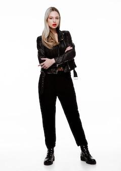 Giacca di pelle da portare della ragazza di moda del motociclista rockstar