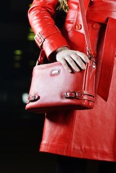 Giacca e borsa rosse alla moda