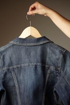 Giacca e bottoni in denim cucito