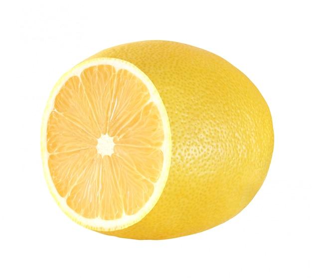Giallo del taglio mezzo limone isolato su fondo bianco con il percorso di ritaglio.