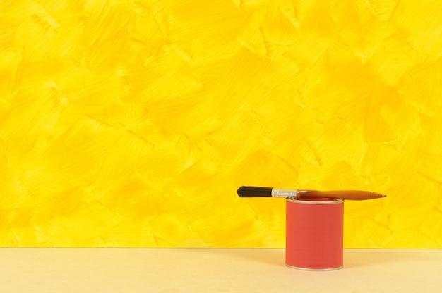Giallo muro con vernice di latta