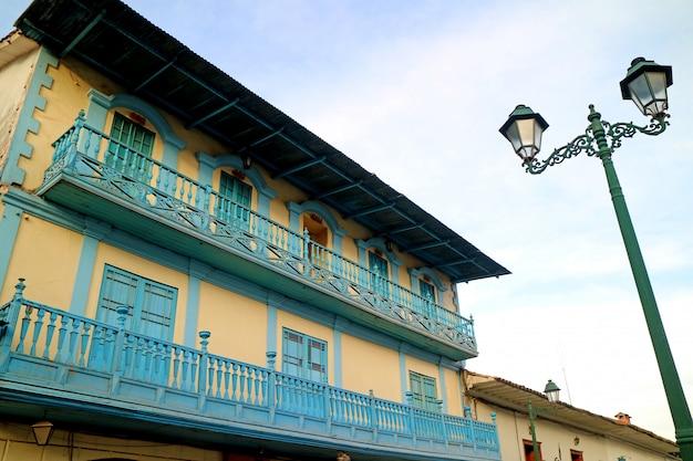 Giallo splendido con la facciata decorata blu di costruzione d'annata in cusco, perù, sudamerica