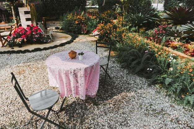 Giardinaggio domestico e decorazione di ambienti interni per serre giardini segreti e allestimenti di giardinaggio moderni fiori e piante ornamentali e vegetazione in spazi di lavoro con tavolo e sedia