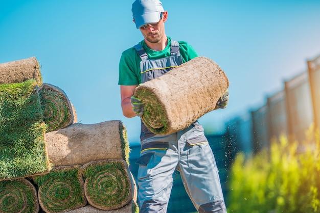 Giardiniere con pezzo di tappeto erboso
