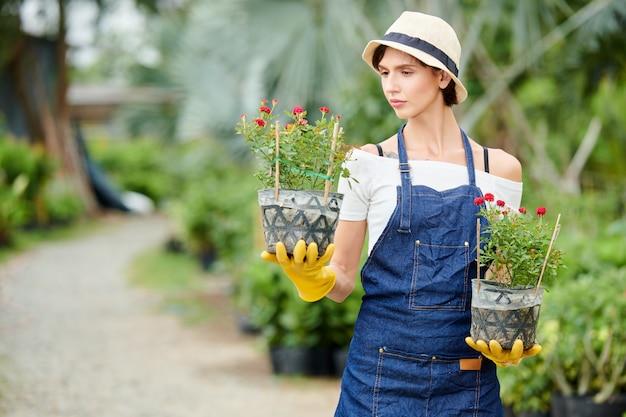Giardiniere guardando il vaso di fiori