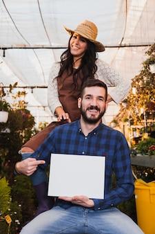 Giardinieri che punta al foglio di carta