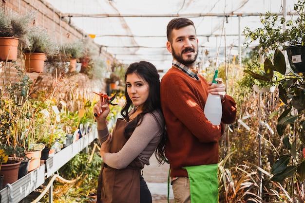 Giardinieri con potatore e flacone spray