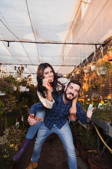 Giardinieri divertendosi in serra