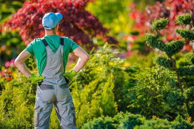 Giardinieri soddisfatti nel giardino