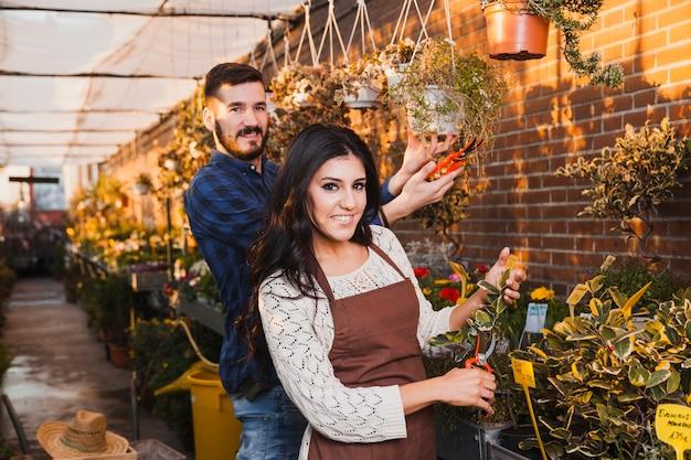 Giardinieri sorridenti con i potatori