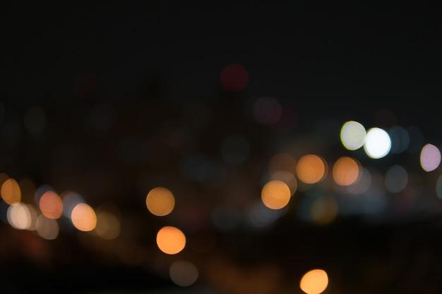 Giardino astratto di notte del bokeh nella priorità bassa della città.