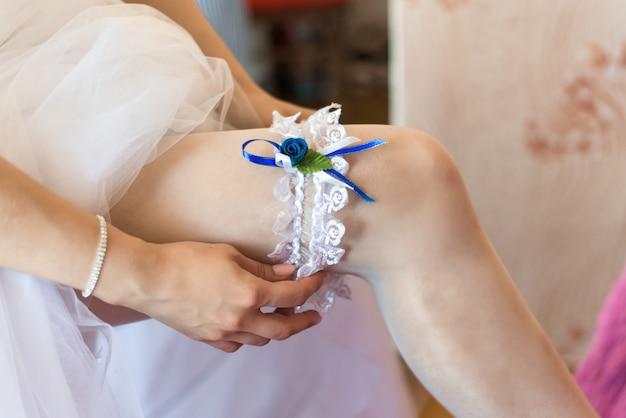 Giarrettiera da sposa sulla gamba della sposa