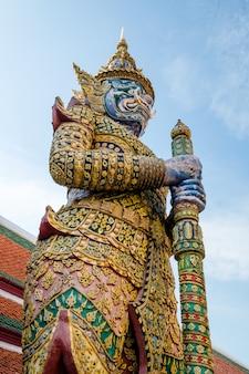 Giganti dal famoso tempio di smeraldo da bangkok, thailandia