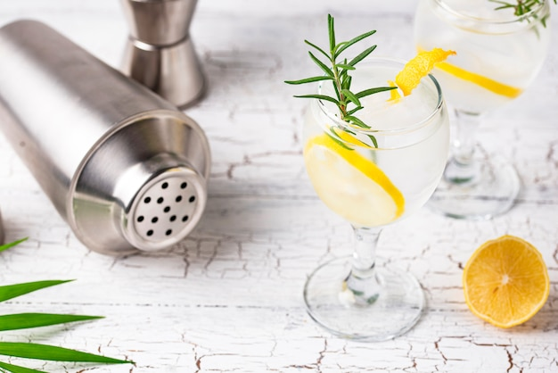 Gin tonic cocktail al limone