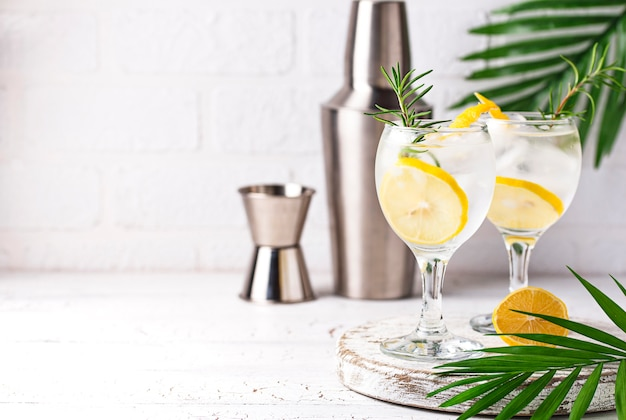 Gin tonic cocktail al limone