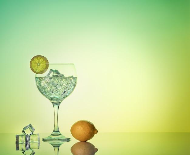 Gin tonic cocktail con limone e ghiaccio