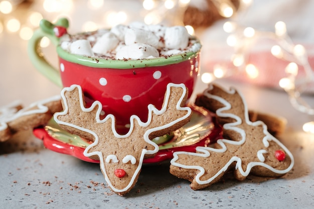 Gingerbread cookie man in una cioccolata calda con marshmallow