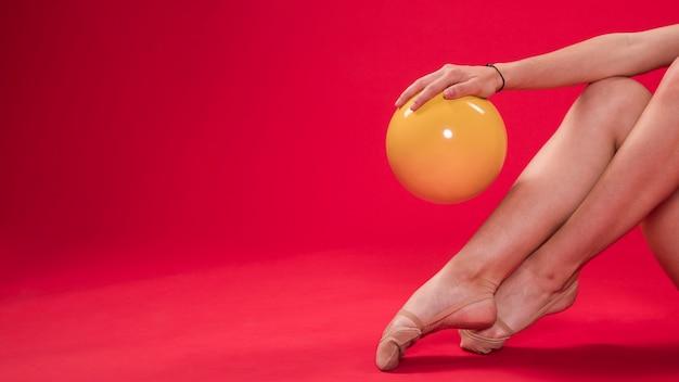 Ginnasta che fa le posizioni con la palla
