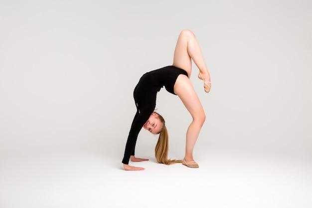 Ginnasta giovane bella ragazza, una ragazza è impegnata in ginnastica