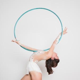 Ginnasta ritmica che posa con il cerchio