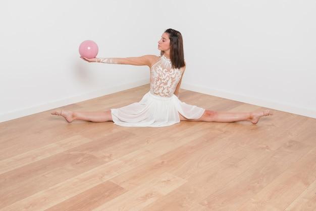 Ginnasta ritmica che posa con la palla