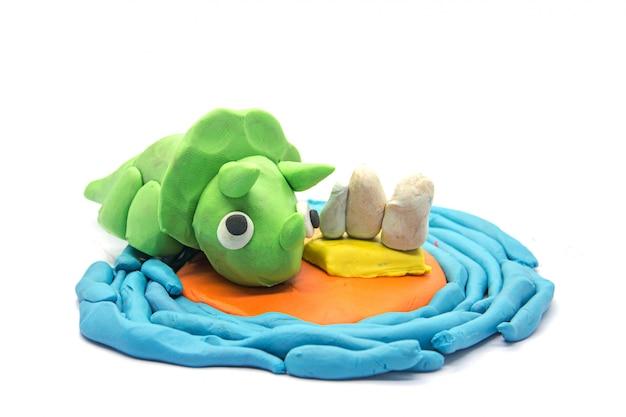 Gioca a pasta triceratopo su sfondo bianco