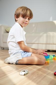 Giocando ragazzo